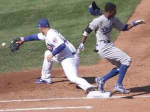 20140919_Dee_Gordon_infield_single_in_front_of_Anthony_Rizzo